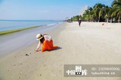 海南三亚海滩拾贝壳