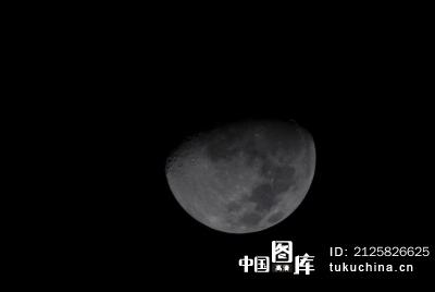 黑夜中的月球图片