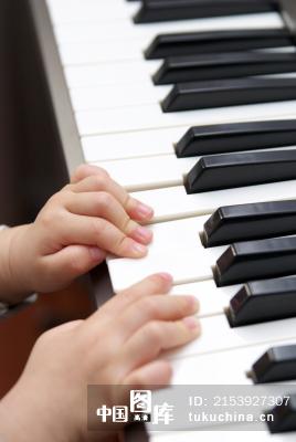 儿童学习电子琴
