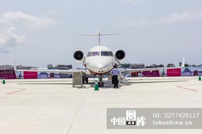 停机坪上的飞机